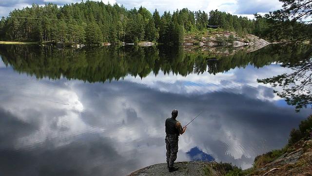 Rybář u jezera v Norsku