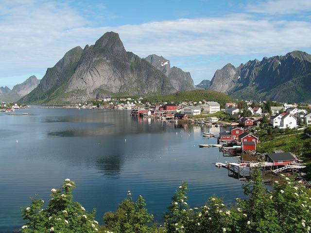 Zátoka s vesnicí v Norsku
