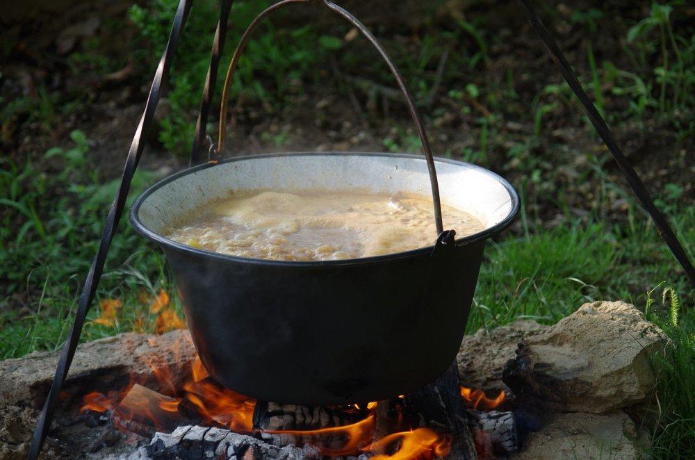 Polévka v kotlíku na ohni