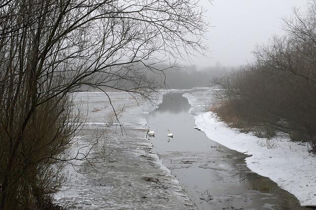 Řeka v zimní krajině