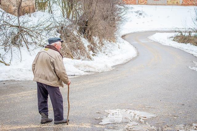 Senior jdoucí po cestě v zimě